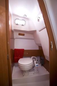 Coin toilette séparé pouvant être équipé en option d'un WC marin ou chimique