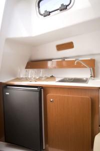 Kitchnette avec évier et eau sous pression, frigo 42L (Ambition) pouvant recevoir un réchaud gaz