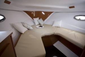La cabine du Flyer 750 sundeck peut être configuré en assise, couchage ou table de cabine