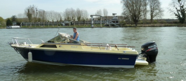 bateau a moteur a restaurer